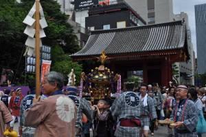 神社を出た中神輿