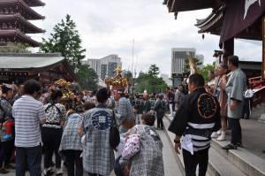 浅草寺本堂前で小神輿