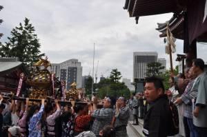 浅草寺本堂前で中神輿