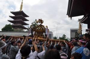 浅草寺本堂前で大人神輿