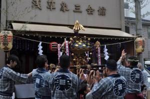 象三会館前で差す中神輿