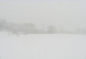 吹雪でかすむ峠の茶屋駐車場