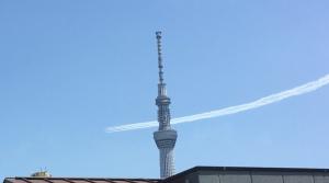 東京スカイツリー上空を飛ぶブルーインパルス